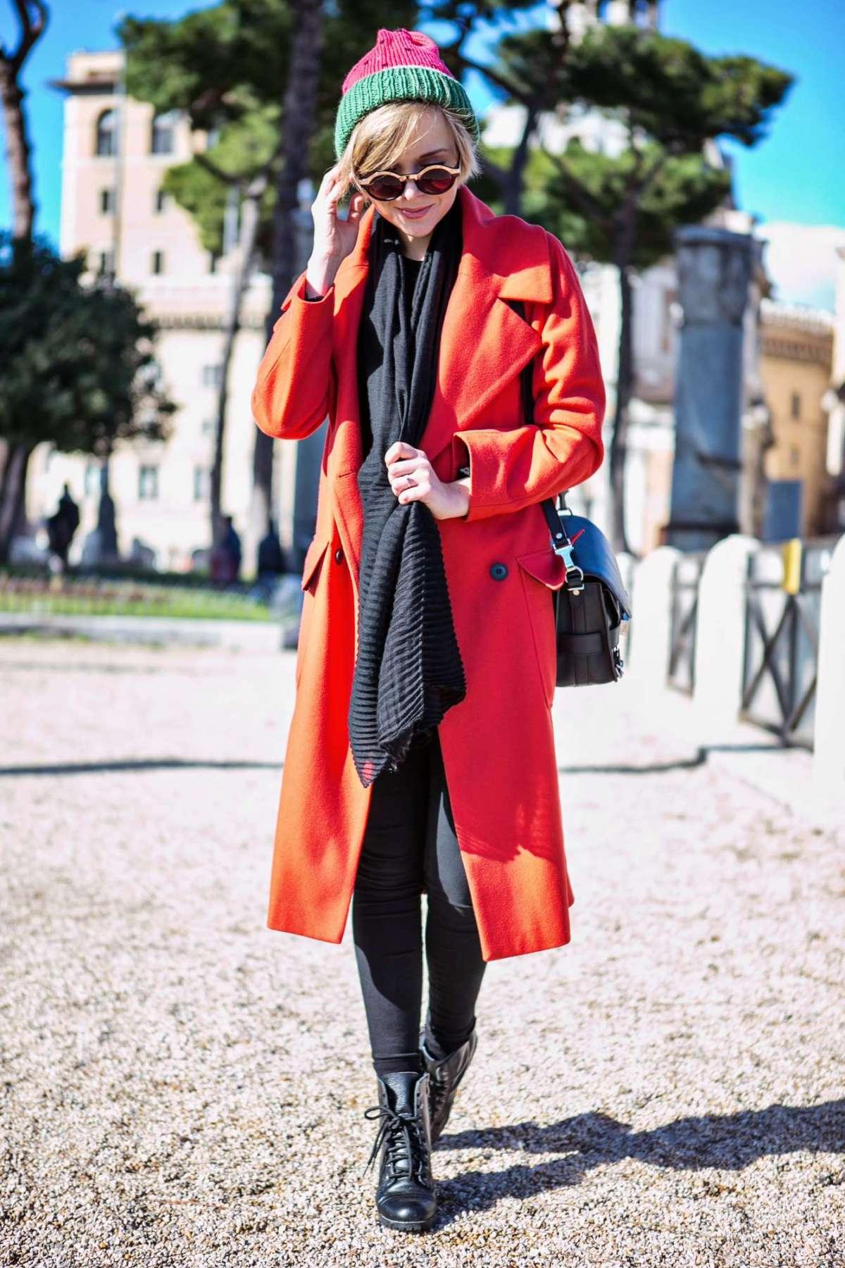 Look casual con cappotto rosso