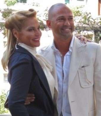 Stefano Bettarini e Simona Ventura sorridenti