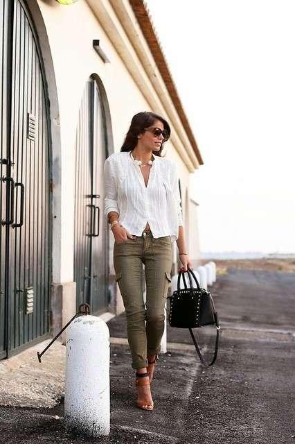 Camicia bianca e pantaloni verde scuro