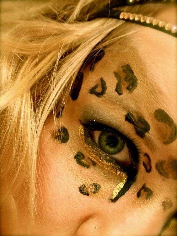 Dettaglio trucco occhi da leopardo per Carnevale