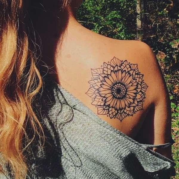 Fiore di loto mandala sulla schiena