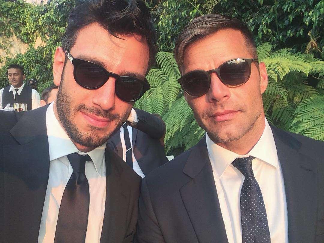 I due innamorati vip con gli occhiali da sole e abiti elegantissimi