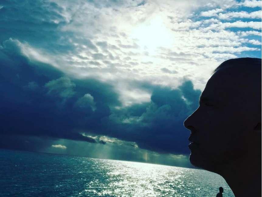 Il cantante in vacanza al mare