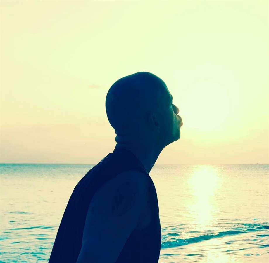 Il cantautore bacia il sole