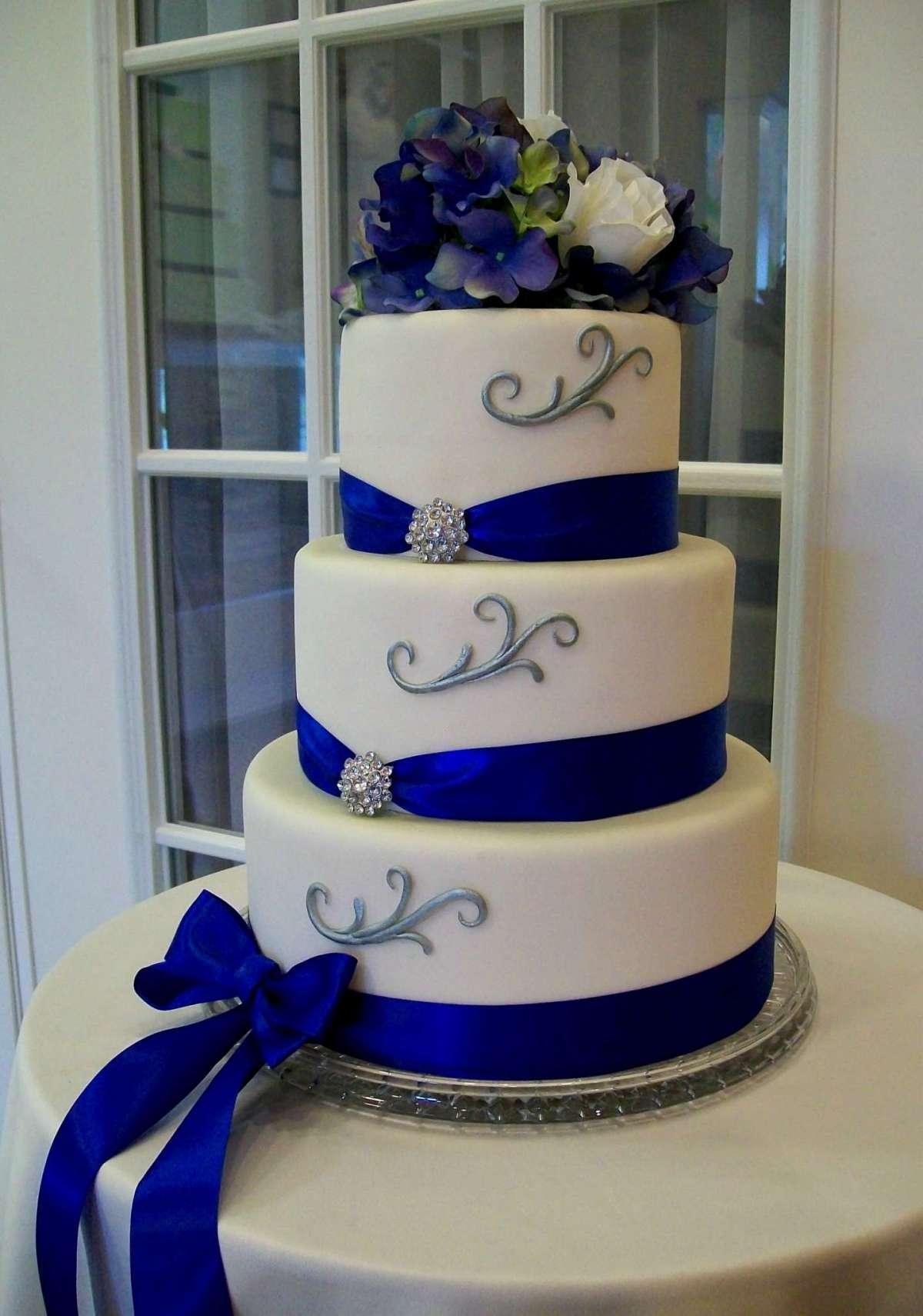 Torta nuziale con piani tondi bianca e blu