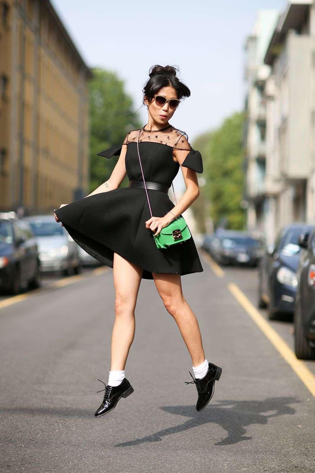 Abito nero e borsa verde