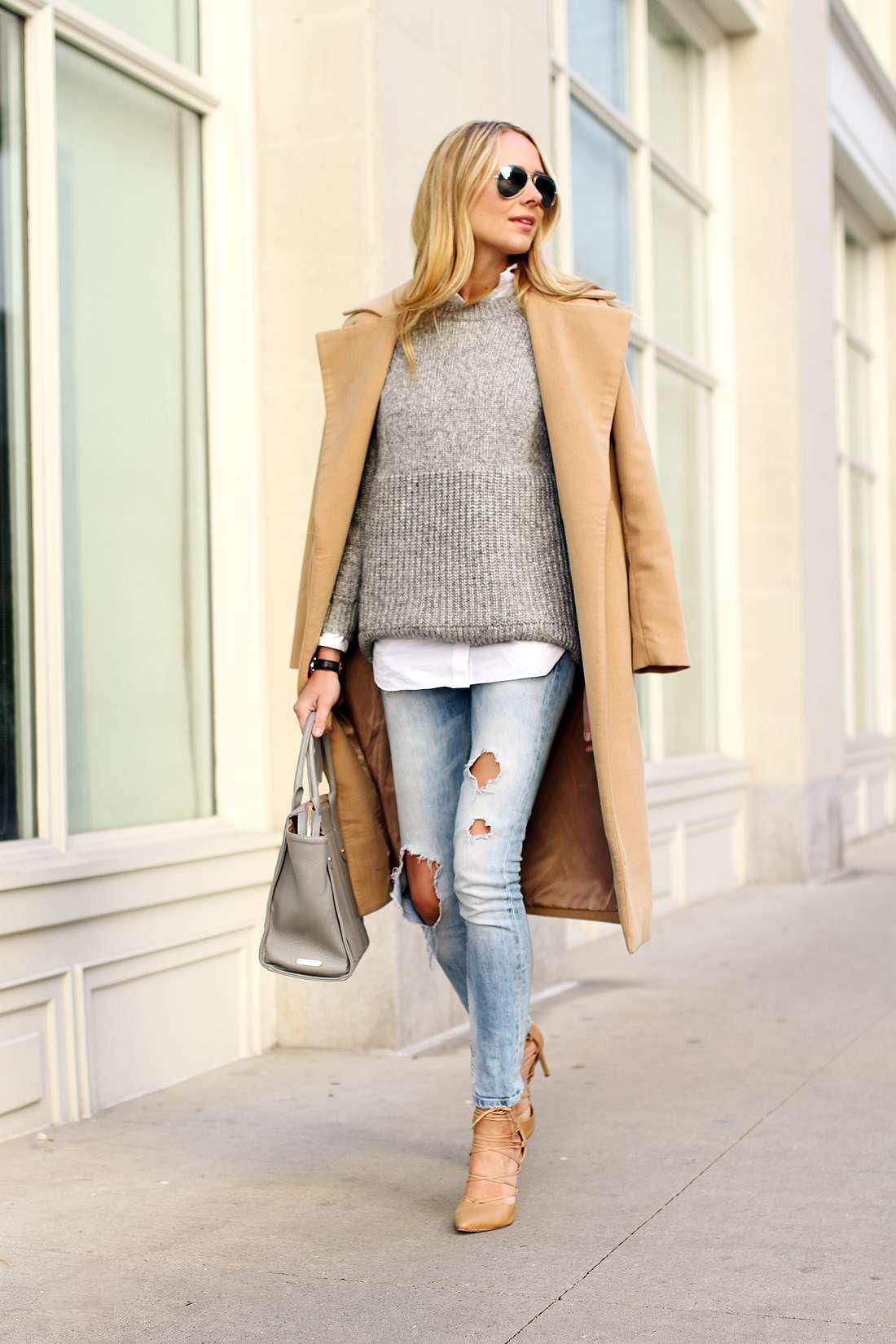Look con jeans strappati chiari
