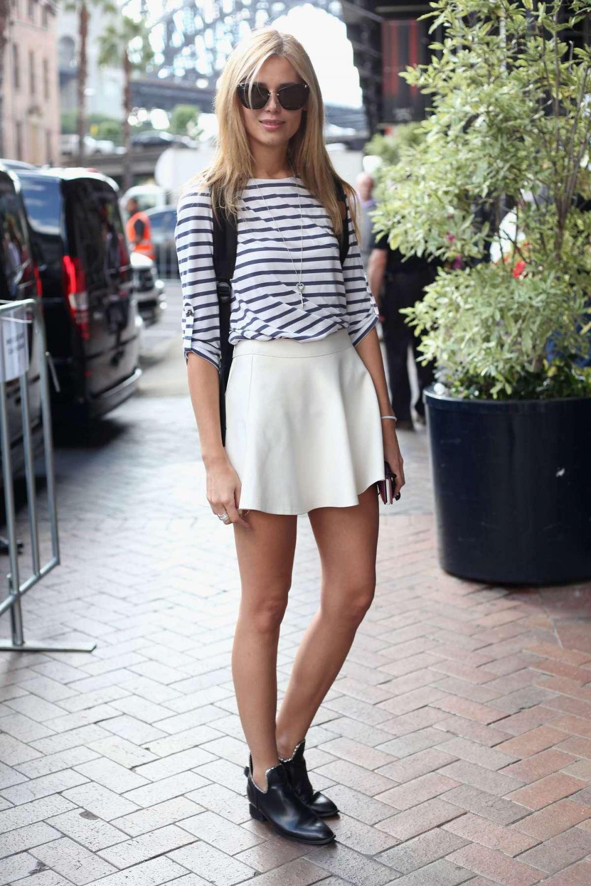 Minigonna bianca e scarpe nere