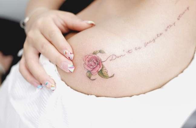 PIccola rosa tatuata con scritta