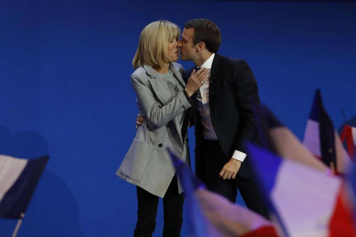 Il bacio dopo i risultati elettorali