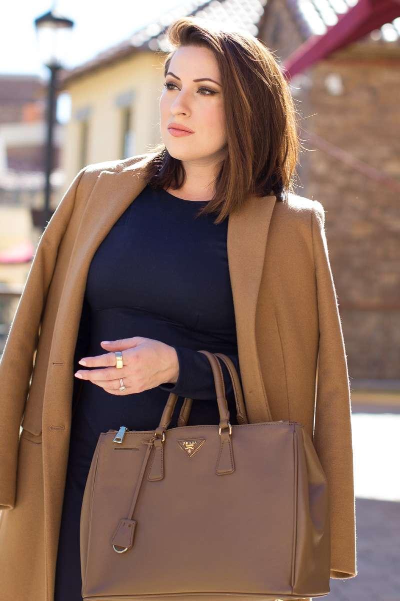 La borsa marrone e il cappotto cammello