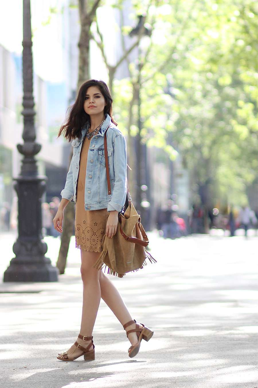 Look con giacca di jeans