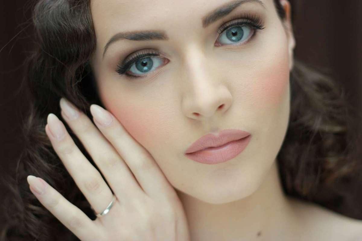 Trucco naturale per la sposa con occhi azzurri