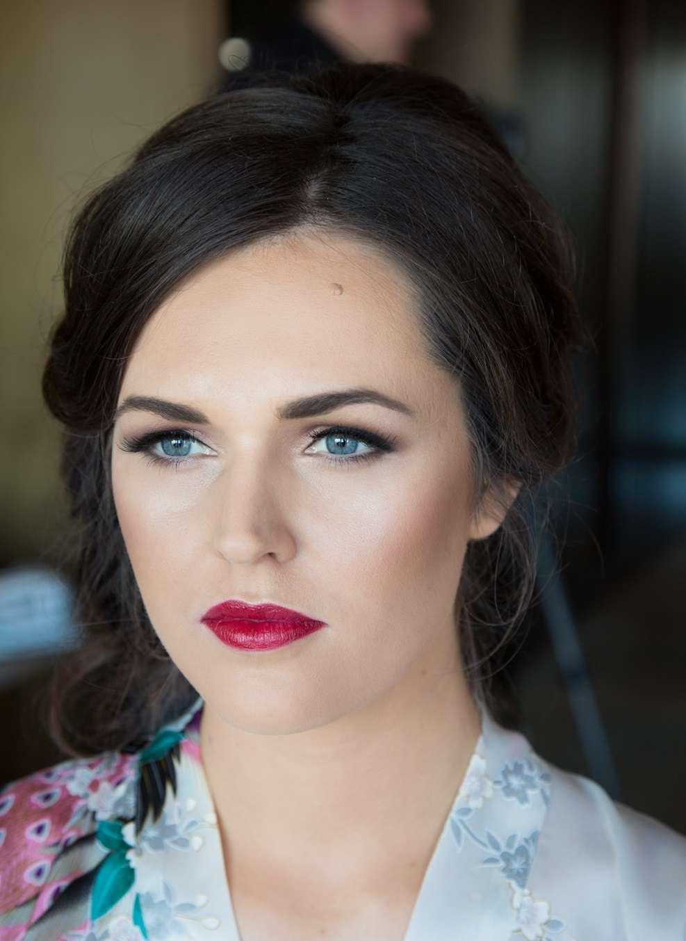 Trucco per la sposa con occhi azzurri e capelli neri