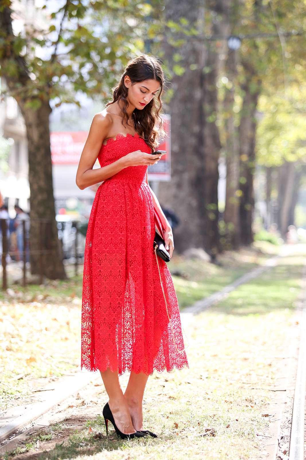 Vestito rosso e scarpe nere a punta