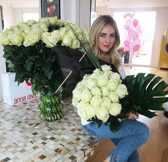 Chiara con due mazzi di rose bianche