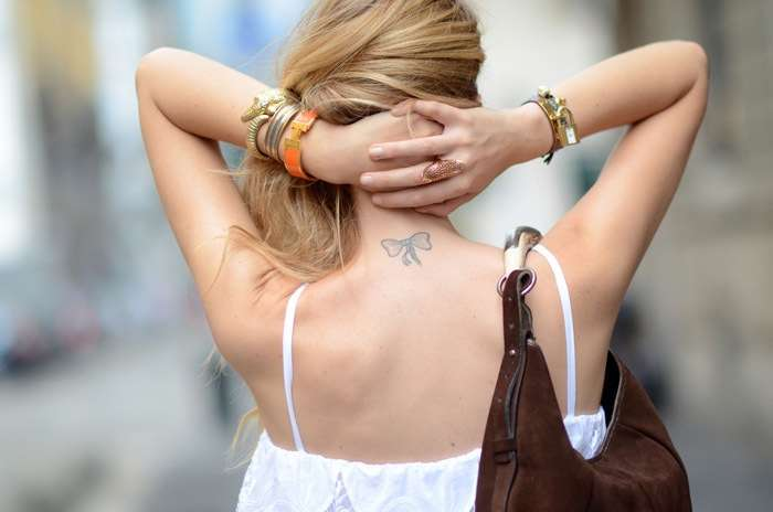 Il tatuaggio con fiocco dietro il collo