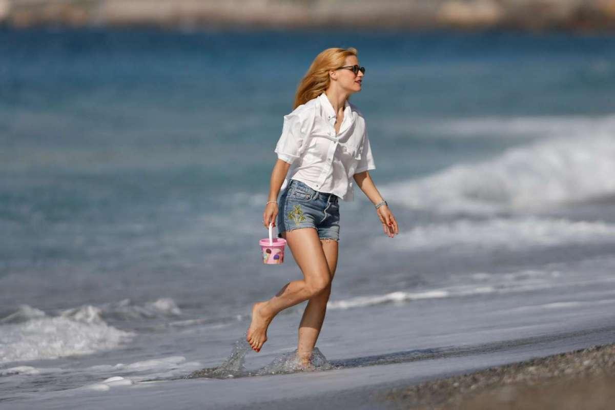 La Hunziker in spiaggia