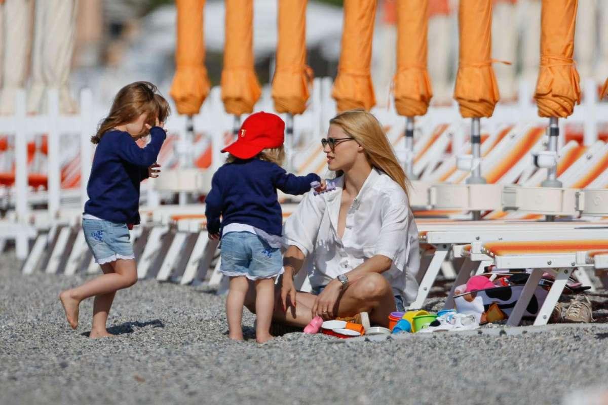Michelle Hunziker e le figlie a Varigotti