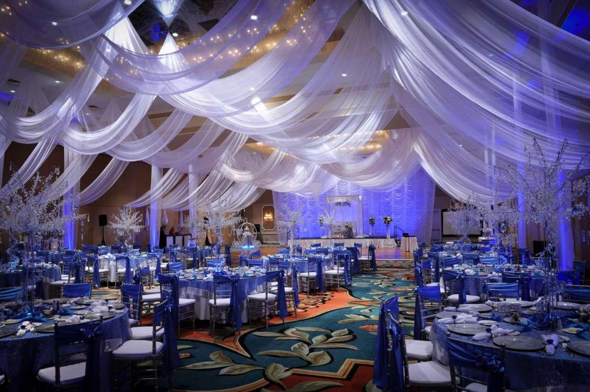 Sala da ricevimento decorata in blu