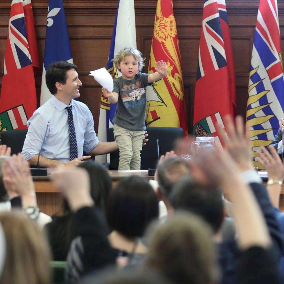 Trudeau in conferenza con il figlio