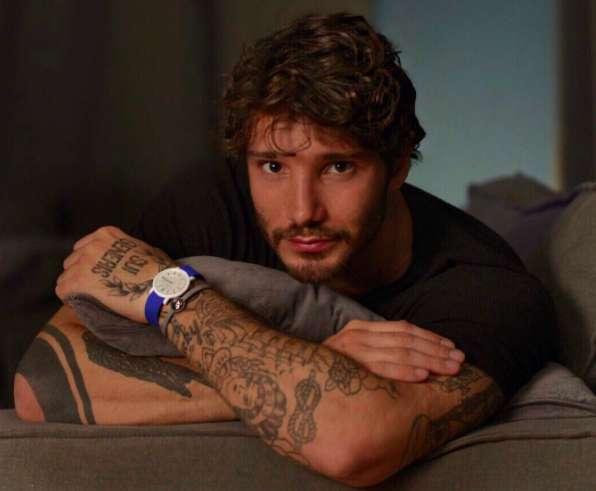 Stefano De Martino sensuale sul divano