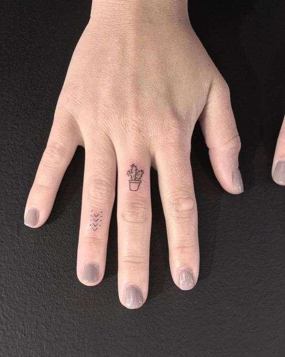 Cactus stilizzato tatuato sulle dita