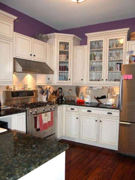 Cucina con pareti viola
