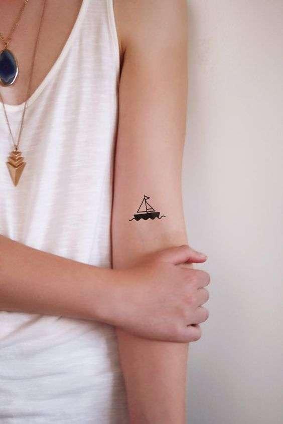 Tatuaggio barchetta in mare
