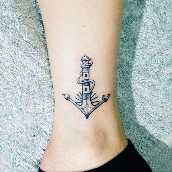 Tatuaggio con ancora a forma di faro