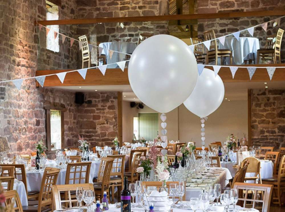 Tavoli decorati con centrotavola con palloncini