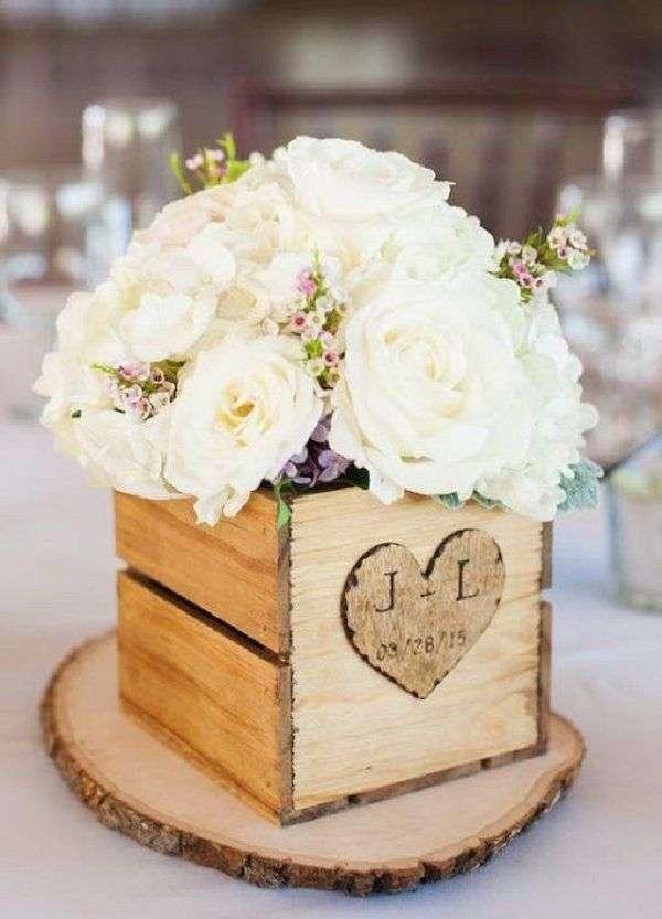 Vaso in legno con fiori bianchi