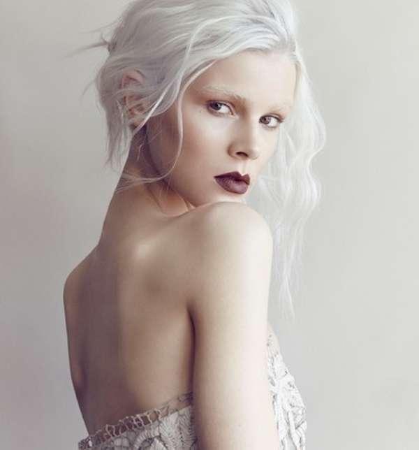 Acconciatura raccolta con capelli bianchi