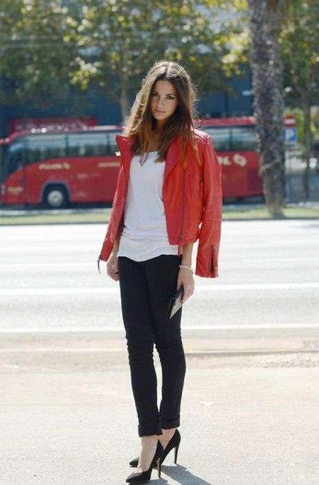 Chiodo di pelle rosso e pantaloni neri