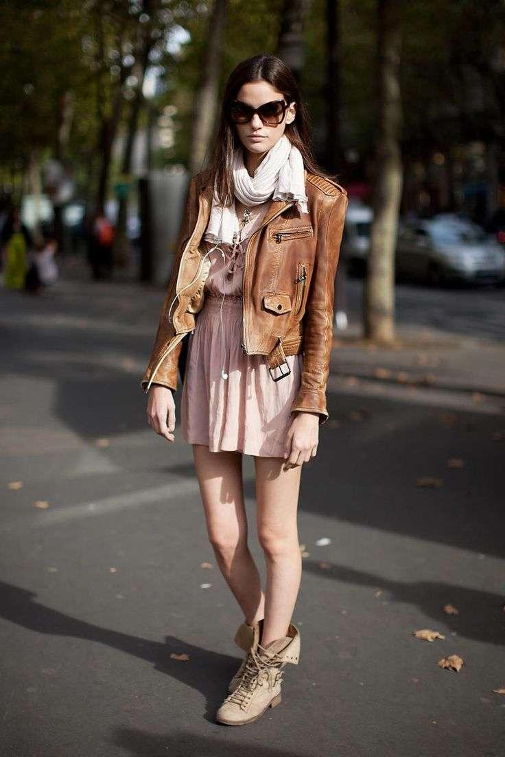 Minidress e chiodo di pelle marrone