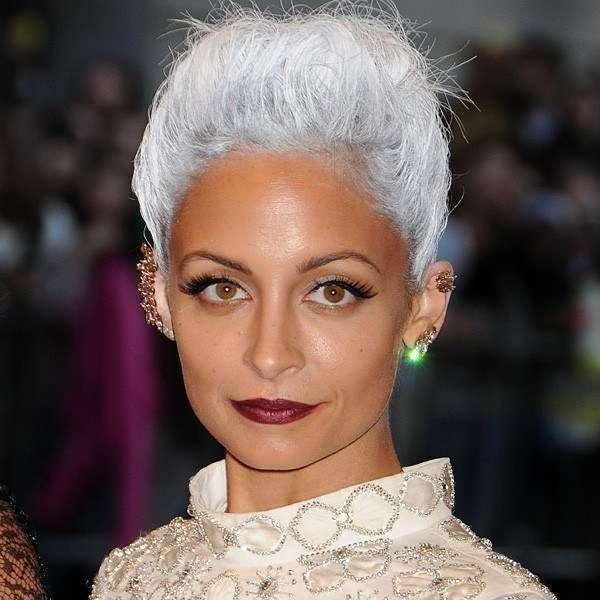 Nicole Richie con i capelli bianchi