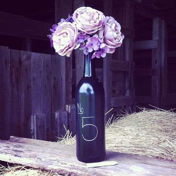 Bottiglia con fiori e numero segnaposto