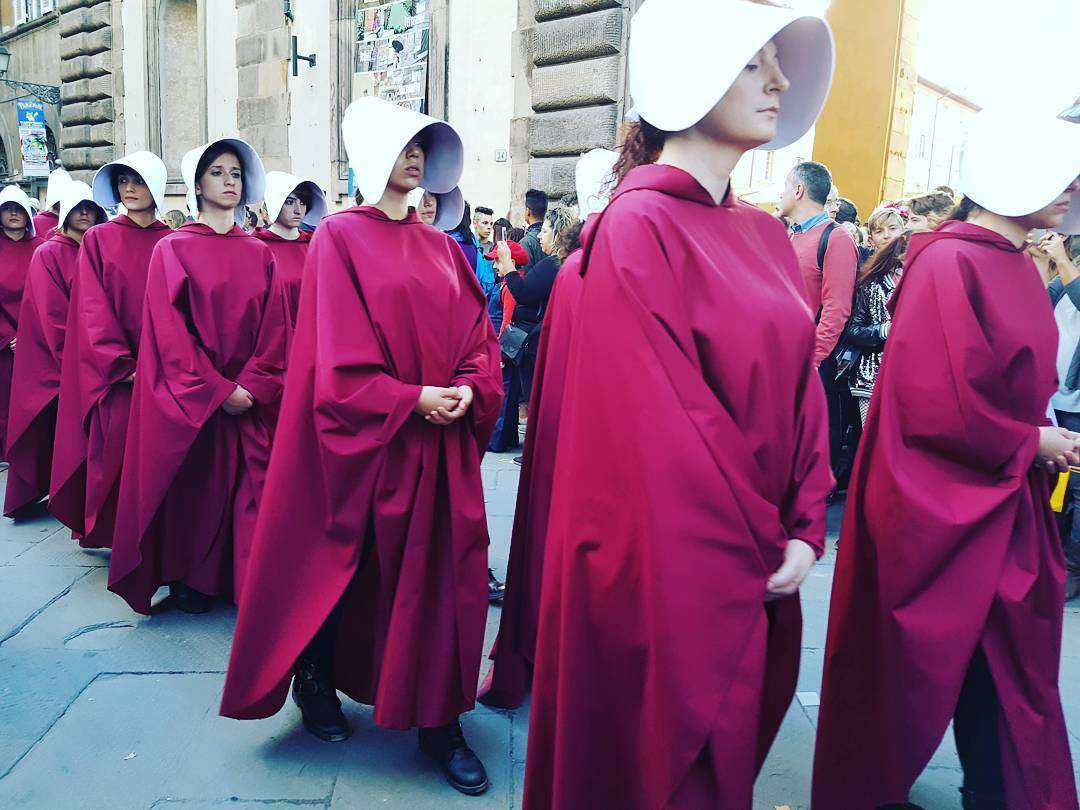 Cosplayer di The Handmaid's Tale