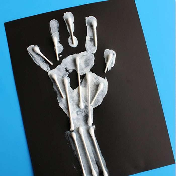 Lavoretto di Halloween: la mano dello scheletro