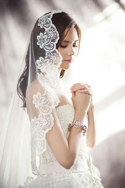 Acconciatura da sposa sciolta con velo