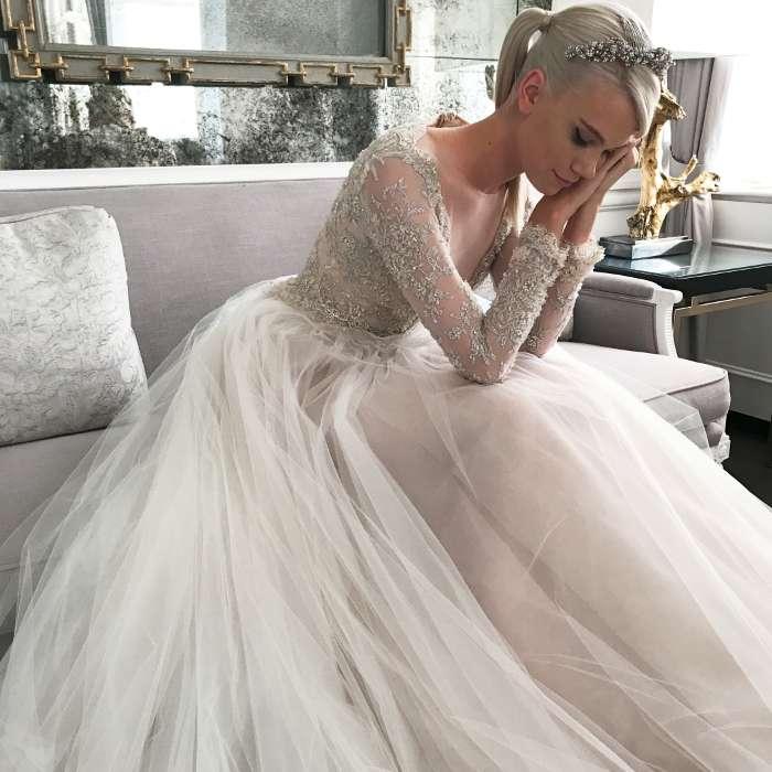 La sposa con coda stretta e diadema di Romona Keveza