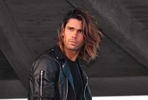 Luca Onestini con la giacca di pelle