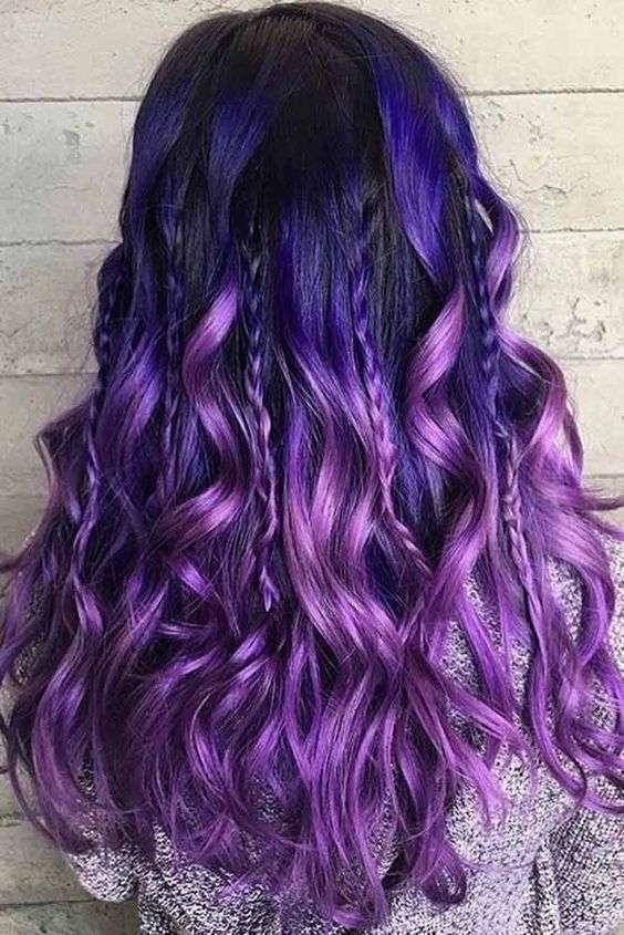 Shatush viola blu su capelli mossi