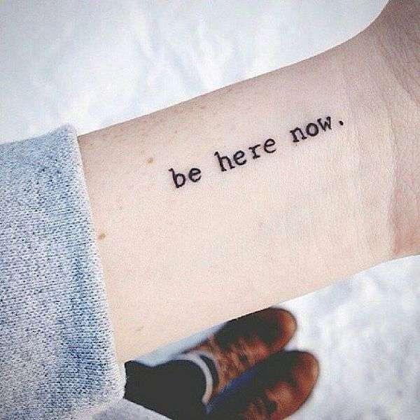 Tatuaggio con frase breve sulla vita sul polso