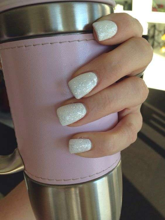 Unghie gel quadrate bianche con glitter
