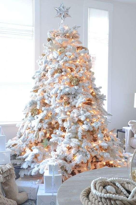 Albero di Natale bianco con pigne