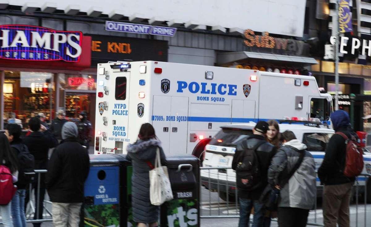 L'arrivo della polizia sul luogo dell'esplosione