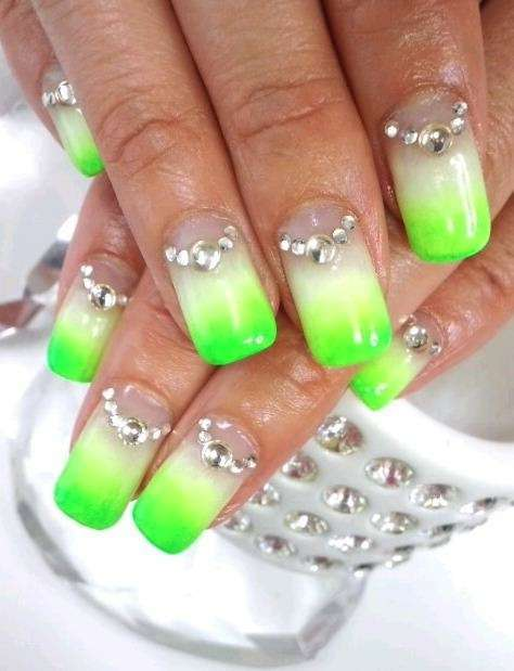 Unghie gel estive fluo in verde