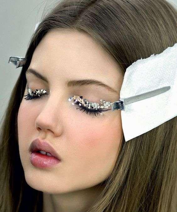 Glitter argento sulle palpebre