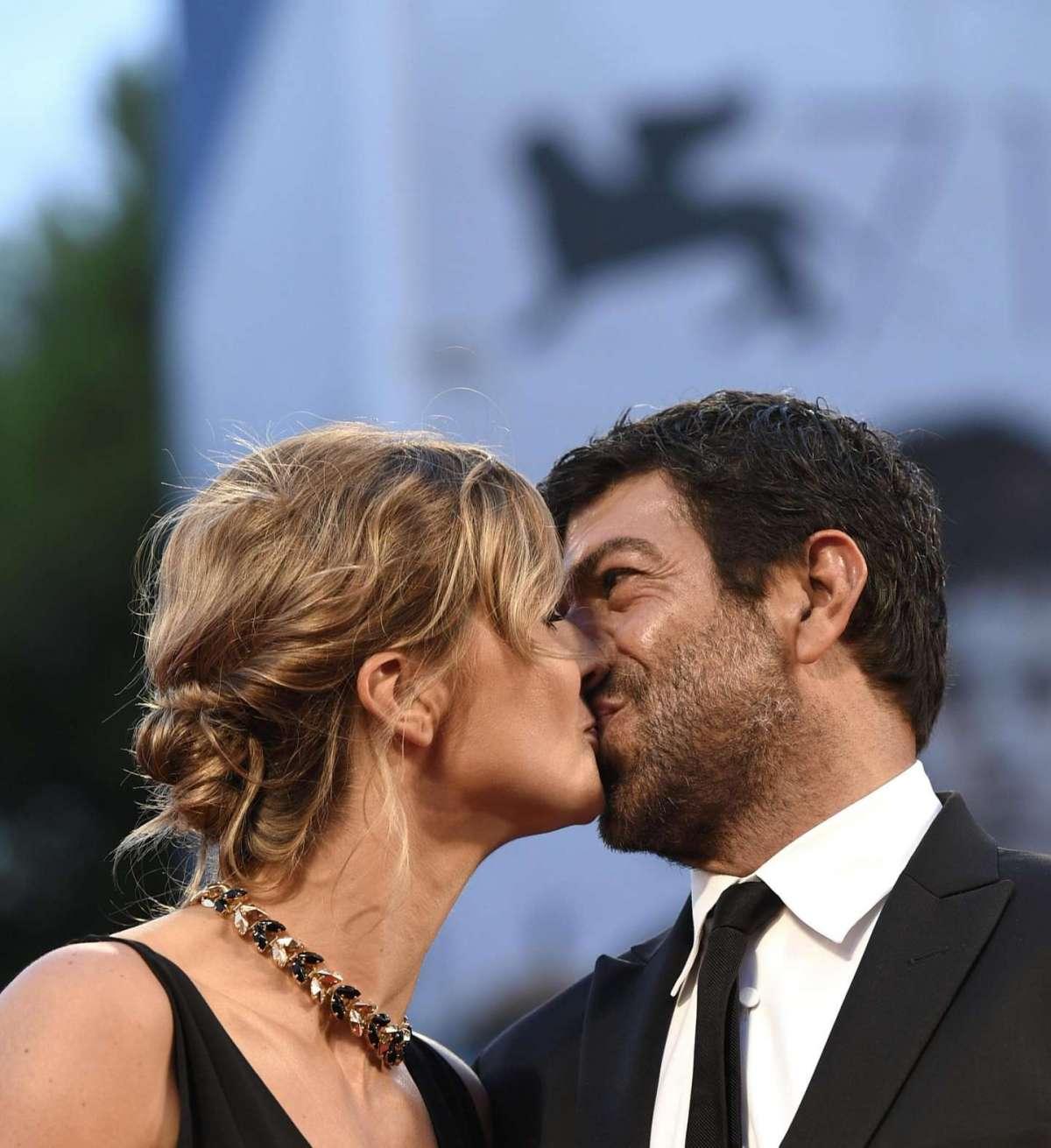 Il bacio tra Pierfrancesco e Anna